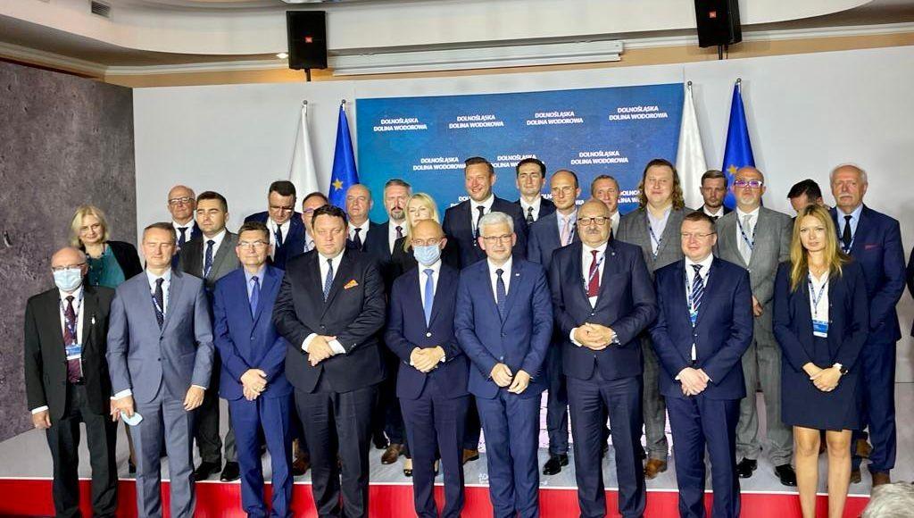 Premier Morawiecki obecny na podpisaniu listu intencyjnego w celu utworzenia Dolnośląskiej Doliny Wodorowej